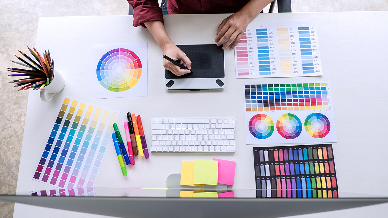 image of creative graphic designer working on color selection and drawing on graphics tablet - وظیفه طراح گرافیک چیست؟ نگاهی به جهان ارتباط تصویری